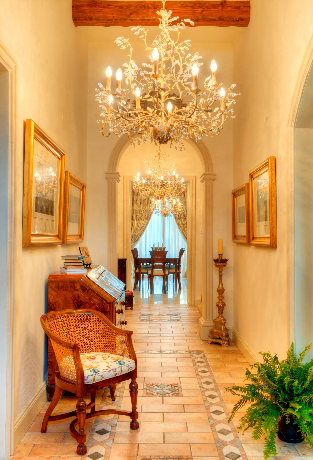 Hall – chandeliers, antiques, paintings